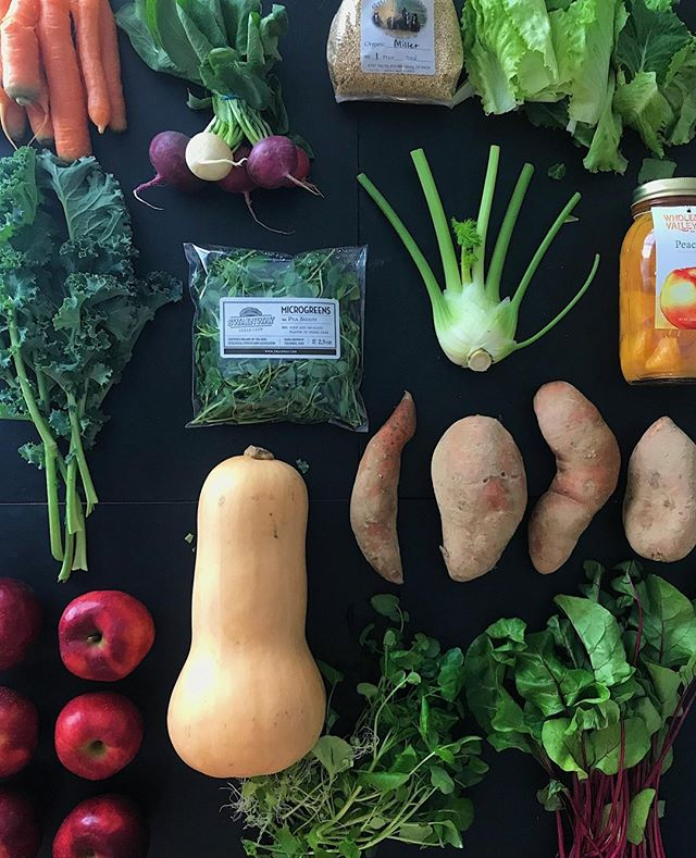 Winter Week 7 Box has been pretty epic. Fennel, PEACHES, kale, beet greens, mushrooms.... Speaking of mushrooms, did you catch Benji's recipe video last week? Swipe to our IGTV channel to watch him DIY an easy lunch (*spoiler* there's lots of butter and zero measurements involved)⁣ ⁣