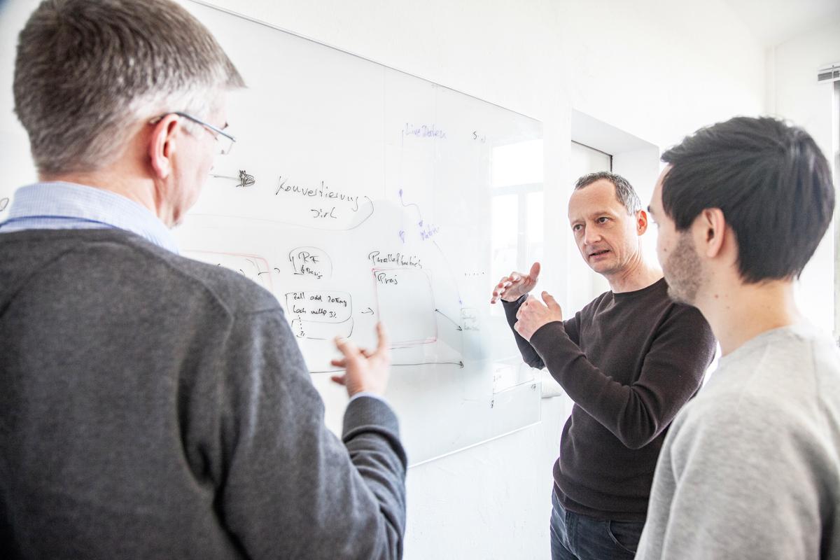 Andreas Karanas, Geschäftsführer und Gründer von Carrypicker, im Gespräch mit Kollegen