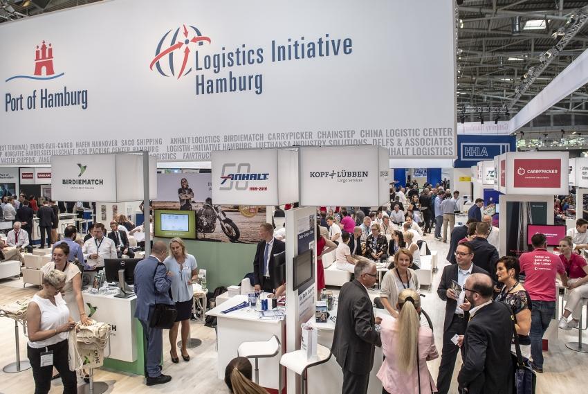 Besucher-Andrang am Gemeinschaftsstand der Stadt Hamburg mit Carrypicker auf der transport logistic 2019 (Bild: Messe München)