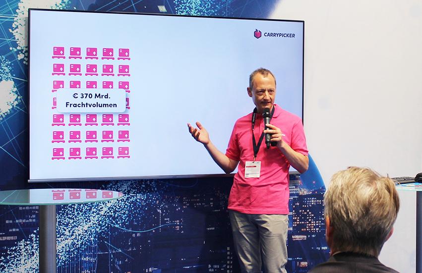 Andreas Karanas hielt einen Vortrag über Carrypicker am Stand des Bundesverkehrsministeriums