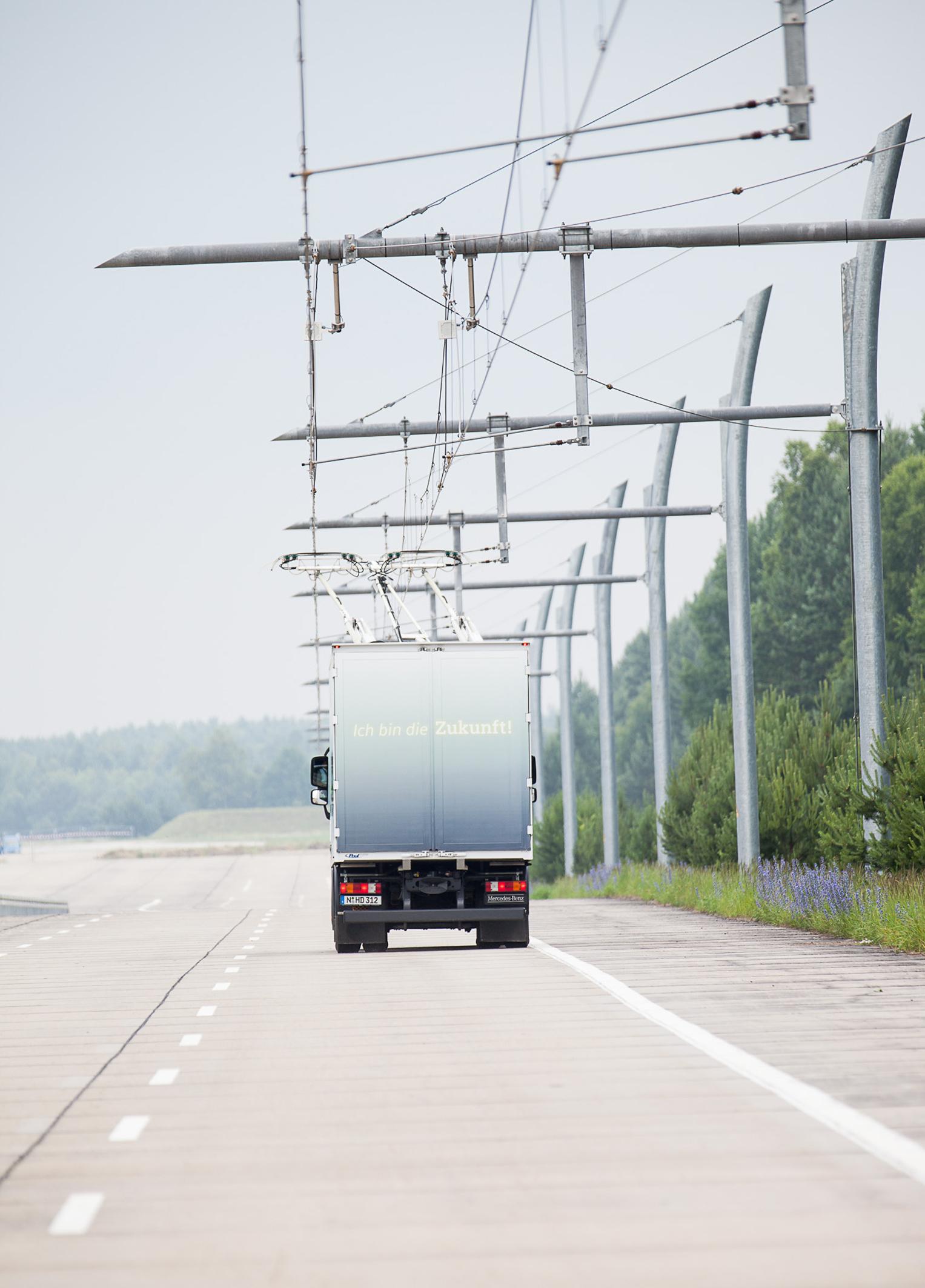 So sieht ein eHighway aus: spezielle Lastwagen mit Stromabnehmern können darauf dank Oberleitungen während der Fahrt ihre Batterien aufladen. (Bild: Siemens)