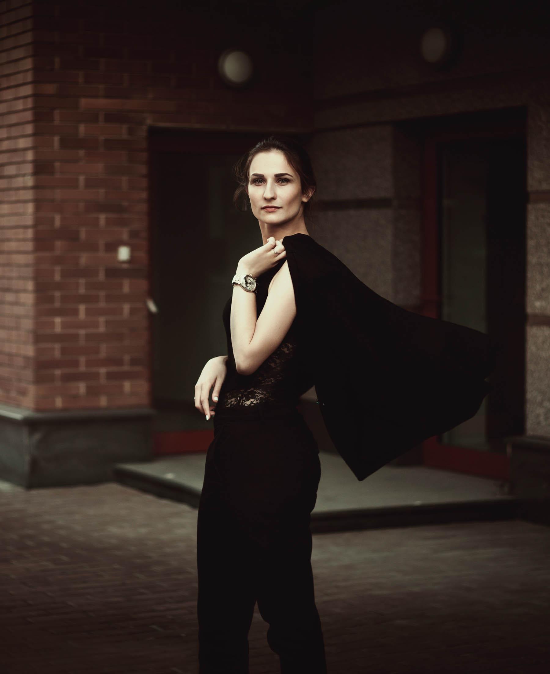 gallery-3-woman_blackdress.jpg