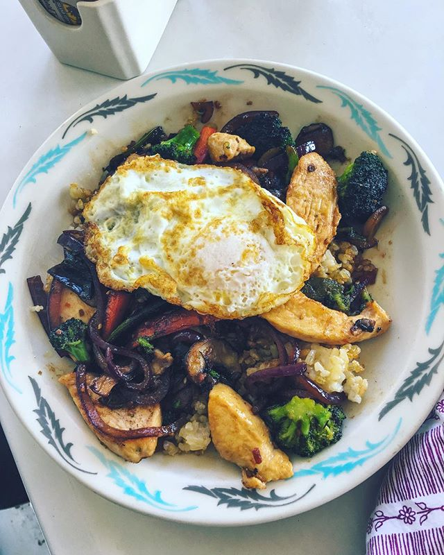 Our chicken stir fry is looking scrumptious as ever! Fried rice, sautéed onions, broccoli, carrots, and mushrooms, and of course, chicken 🐓 Top it with a fried egg to really treat yourself 🙌