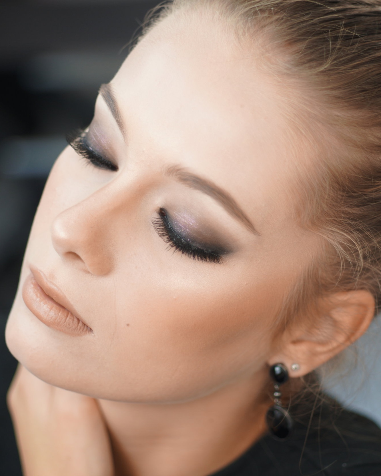 """SMOKEY EYES - Vous vous êtes déjà aventurée dans l'aventure et le résultat était un oeil """"panda"""" 🙂Lancez-vous !Apprenez la technique pour réaliser facilement un smokey eyes chez vous .Adoptez la tendance maquillage indémodable, de manière rapide et facile !Il s'agit d'un cours très instructif, il ne s'agit pas de vous faire reproduire des gestes que vous ne comprenez pas mais bien de vous enseigner l'application du maquillage adapté à la forme de vos yeux !."""
