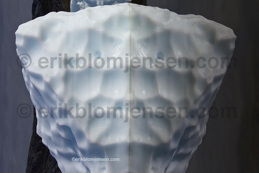Nr. 11: Smeltende gletcher is - Fine art under glas og i sort træramme. 90x60 cm. Pris oplyses på forespørgsel.