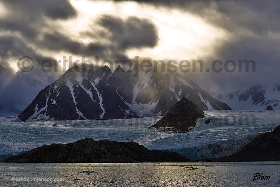 Nr.13: Arktisk gletcher vejr - Fine art under glas og i sort træramme. 90x60 cm. Pris oplyses på forespørgsel.