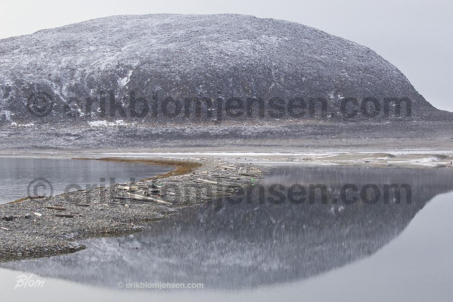 Nr. 25: Fjeld med strand - Nordligste Svalbard. Valgfrit materiale.  90x60 cm. Pris oplyses på forespørgsel.