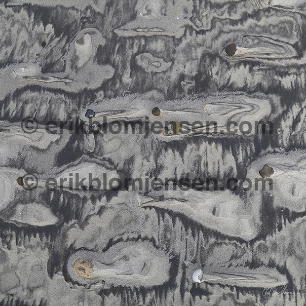 Nr. 37: Vindblæst strand fra vestkysten. Akustikbillede i sort træramme. 103x103 cm. Pris oplyses på forespørgsel.