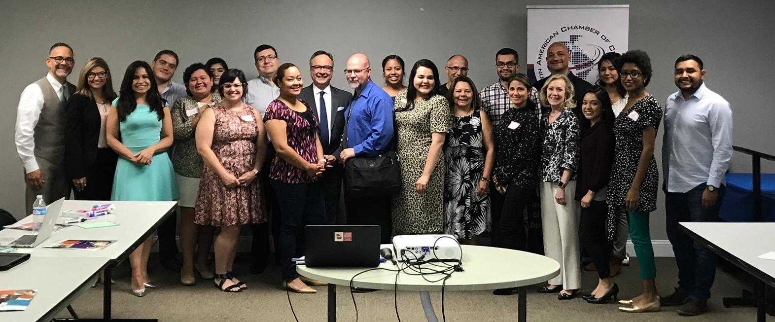 Foto tomada durante el la cumbre latina para discutir el censo en 2019. No todas las organizaciones participantes en el comité pudieron asistir