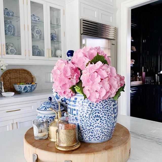 blue and white with a burst of pink 🌸what could be better? picture courtesy of our favorite blog, the @zhush 💕  discover premium home and gift brands for wholesale on www.themaintab.com, a highly curated wholesale website.