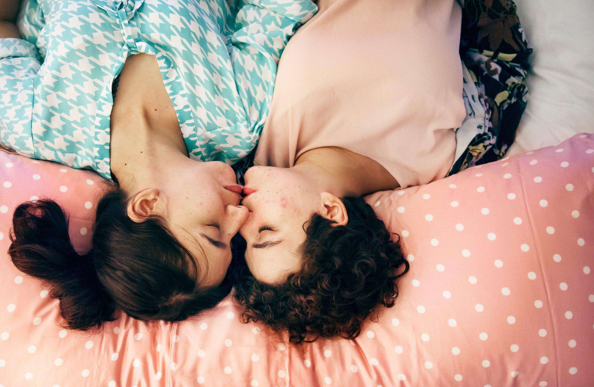 bed-bedroom-couple-1418354.jpg