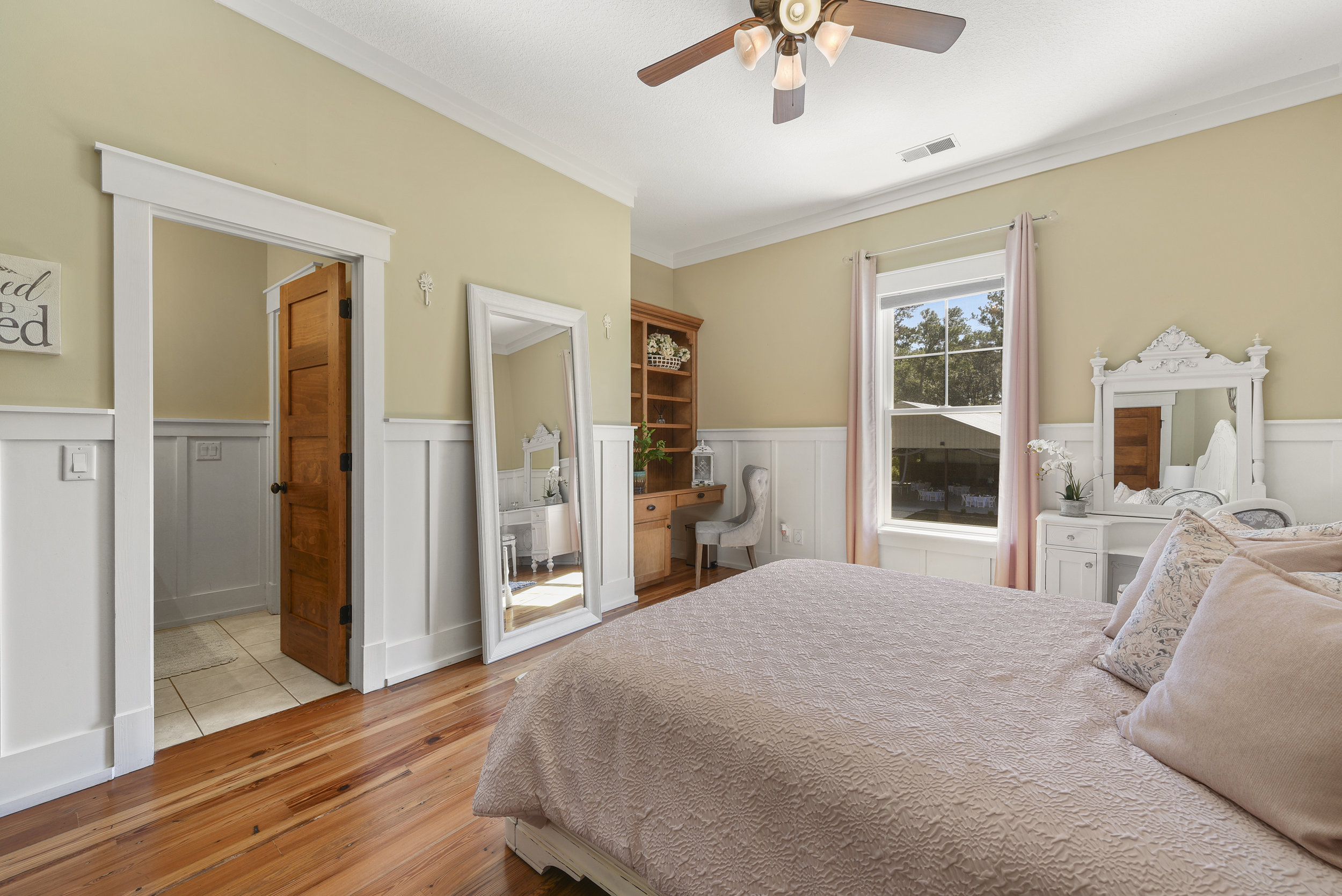 Bridal Suite - Two dressing rooms plus sitting areaGorgeous and comfortable