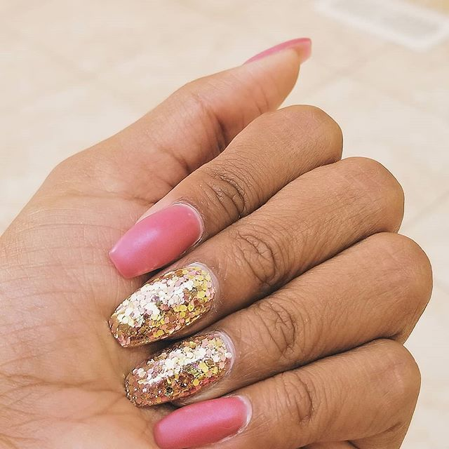 """Doing things a little differently here at Instyle, who said you can't have glitter with matte? Get the best of both worlds! Our girl Trish paired this beautiful soft pink and gold chunky glitter look with @opi """"Just Lanai-ing Around"""", topped off with a matte top coat. Stunning, right? 🌹 . . . #instylenailsoakville #nailsalon #nailsonfleek #nails2inpire #nailsofinstagram #nails #biogel #coffinnails #opi #opigelcolor #shellacnails #justlanaiingaround #manicure #nailsoftheday #glitternails #accentnails #nailselfie"""