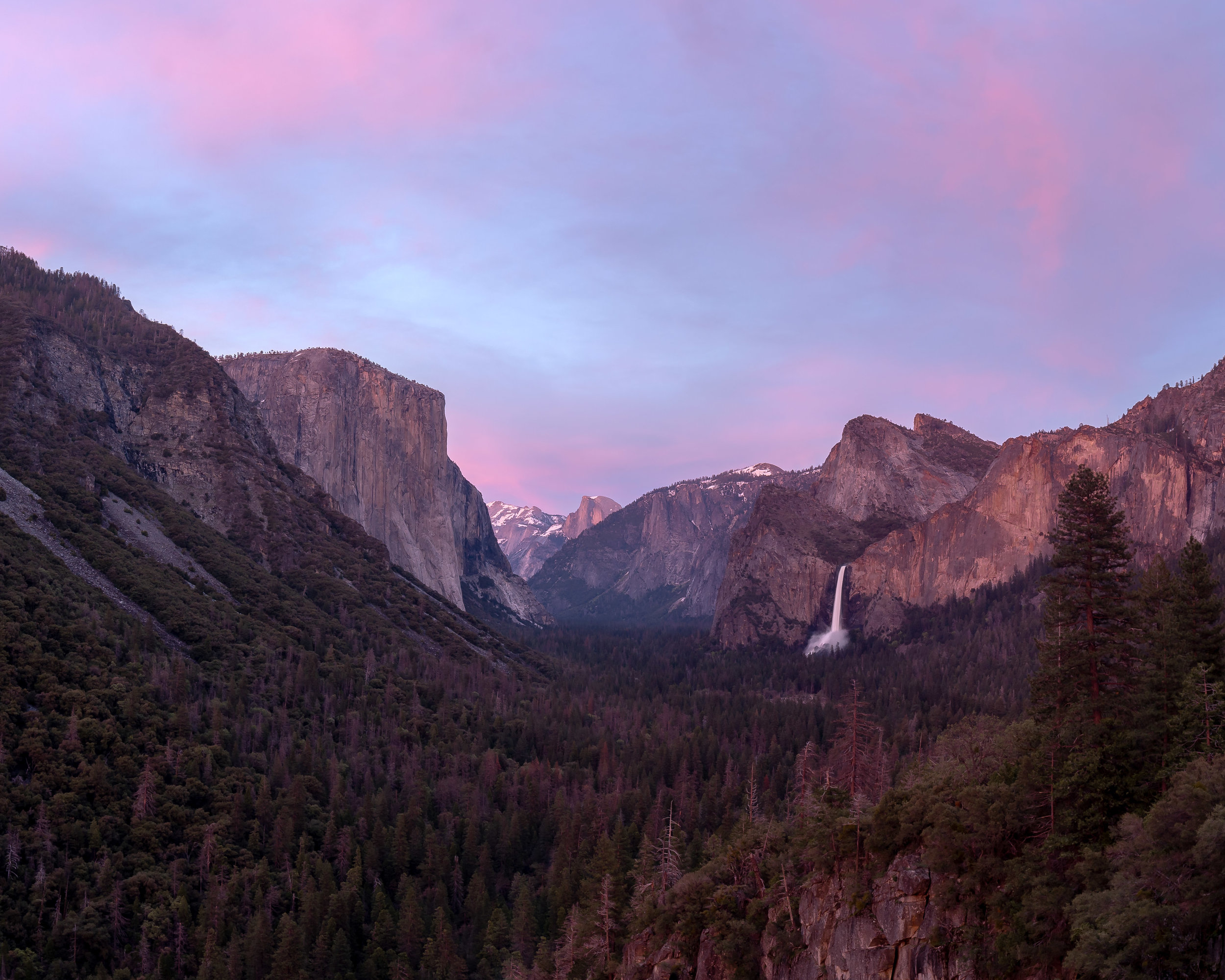 A colorful sunset at Tunnel View in Yosemite National Park
