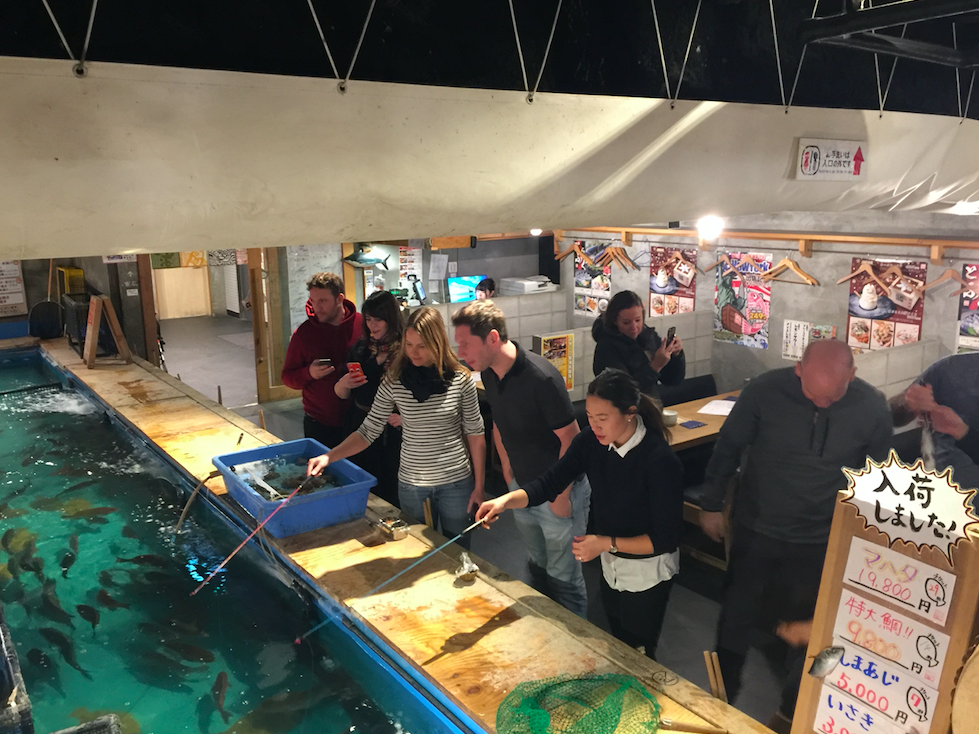 Fishing Competition 魚釣り - Let's see who can catch a fish first! Restaurant will prepare your fish however you want them to cook.早釣り競争。釣った魚は自分の好きな調理法で食べられます。