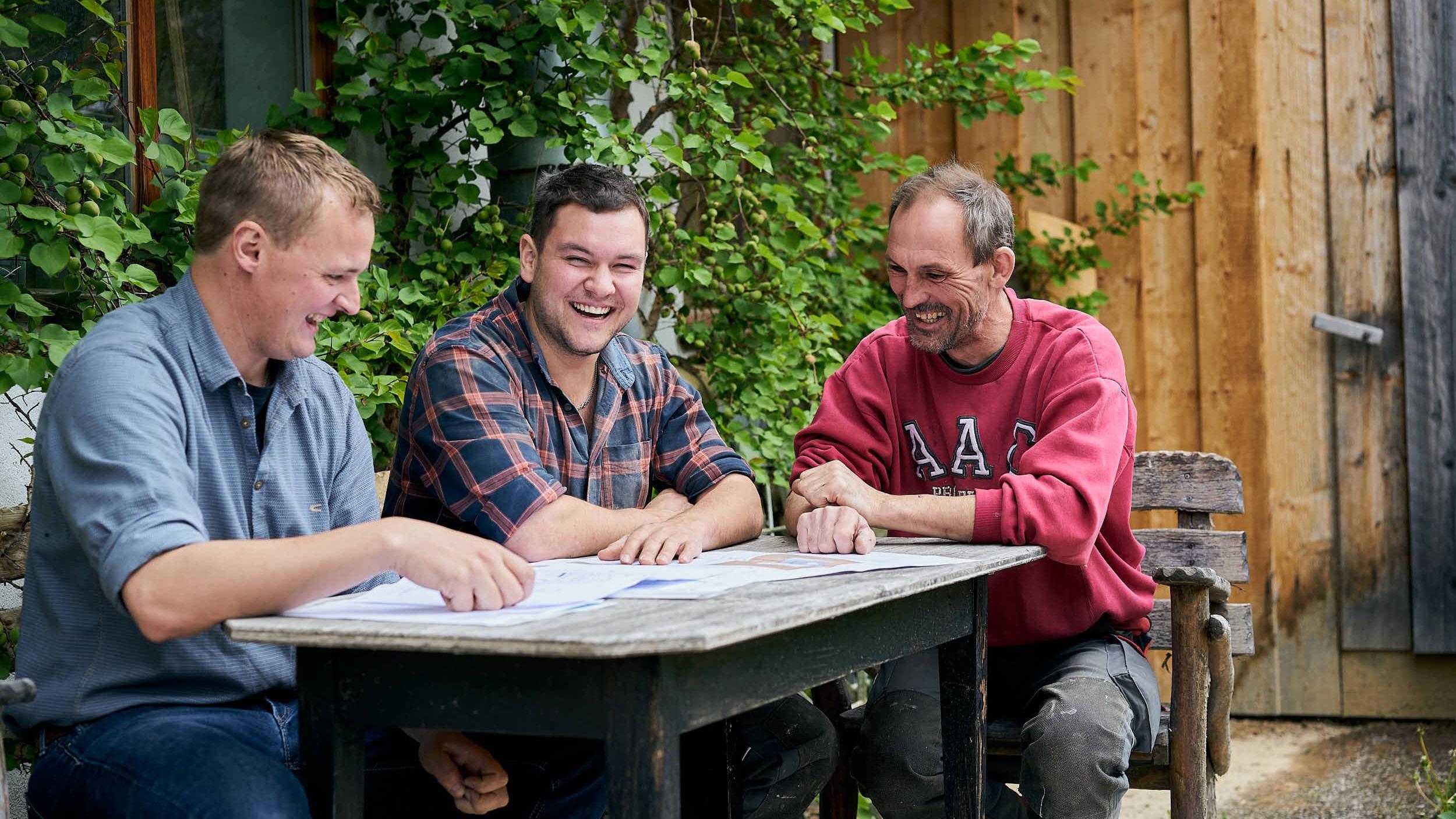Freude an der Arbeit, Freude am Leben. Unser Team bei einer Besprechung einer Küchenplanung.