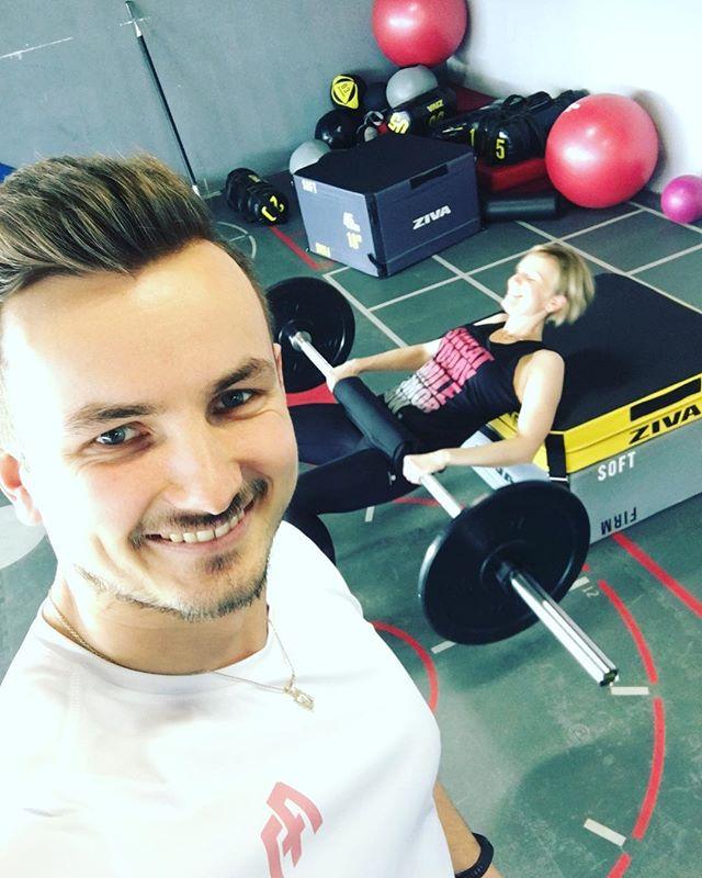 W końcu wyszło słońce, a na siłowni zaroiło się od ludzi, którzy przypomnieli sobie, że przecież w tym roku też będzie lato i sezon plażowy 😱😱😱 A Magda? Magda jest już pięć kroków przed nimi i z uśmiechem na ustach sezon plażowy zaczyna już jutro 😎 . #gym #training #trainer #personaltrainer #fitadept #adeptfitnessu #trening #treningpersonalny #trener #trenerpersonalny #fit #fitness  Ale pomyślała o tym zanim wyszło słońce 😉