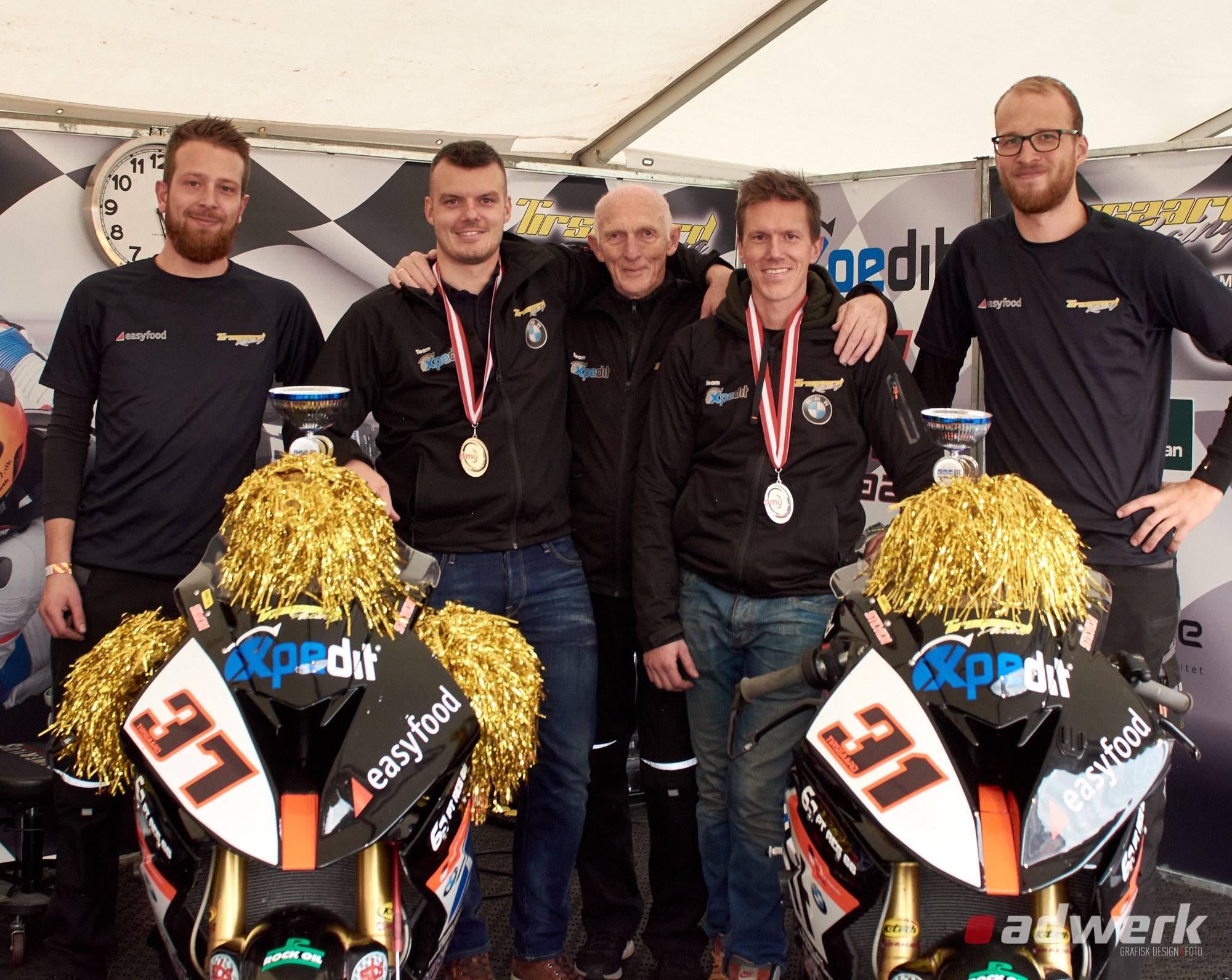 billedet er fra 2018 på Jyllandsringen efter Simon og Steven for 2. år i træk var blevet nr. 1 og 2 i DM for Superbike kørere.
