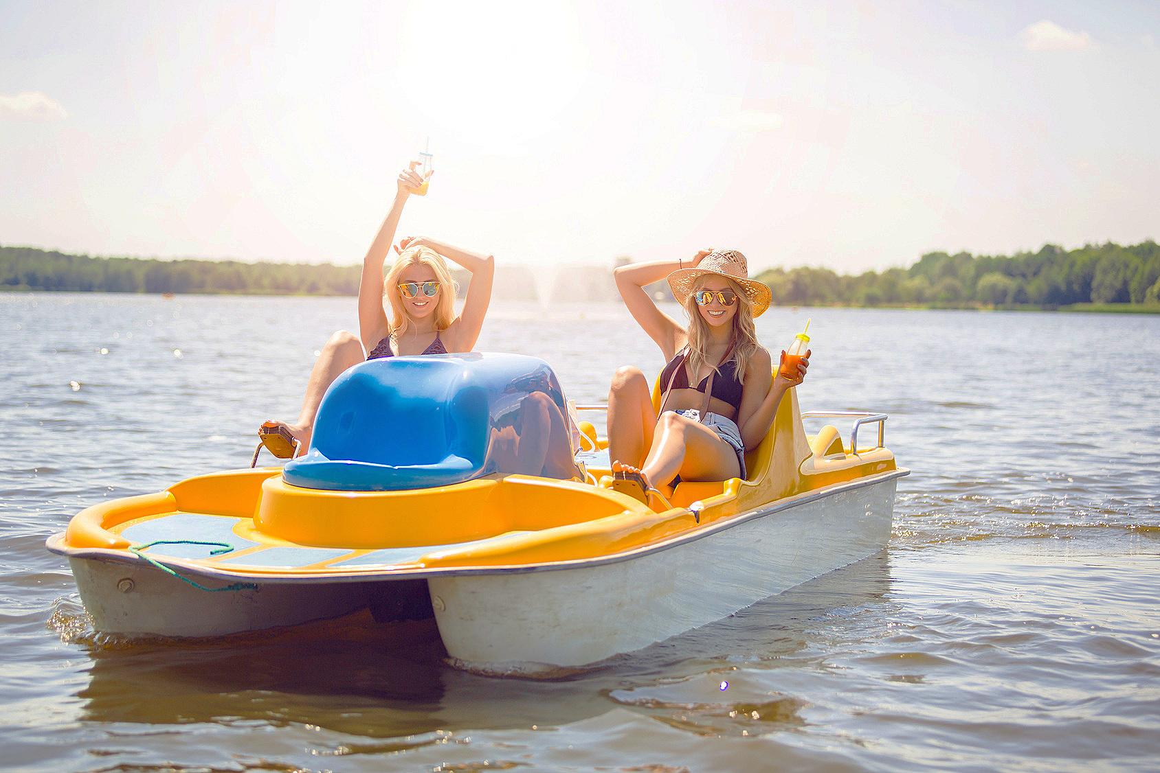 Öffnungszeiten Bootsverleih - Die Vermietung erfolgt:Dienstag/Freitag ab 13:00 UhrSamstag, Sonntag, Feiertag ab 10:00 UhrBis 1 Stunde vor SonnenuntergangMittwoch Ruhetag Nach den Sommerferien Montag und Donnerstag nur nach Absprache für GruppenWährend der Schulferien in NRW haben wir täglich von 12.00 - 22.00 Uhr geöffnet.