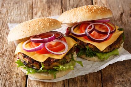 Burgerbüffet - Die duftenden und saftigen Fleischscheiben können von jedem Geburtstagsgast selbst zu einem Burger gemacht werden. Hierfür stehen neben Gurken auch Salat, Ketchup, Senf, Käse und Zwiebeln zur Belegung bereit. Großen Wert legen wir auch hier auf Qualität der Produkte von ausgesuchten Lieferanten. In diesem Angebot sind 2 antialkoholische Getränke inklusive und je 2 Burger. Auf Wunsch gibt es eine vegetarische Grillvariante.Buchbar für Kindergeburtstage / Gruppen ab 15 Personen.Preis pro Person: 18,50 EURIn allen Preisen ist die Bootsfahrt von 2 Stunden enthalten