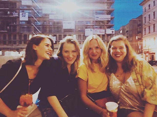 """These women make me feel invincible. ❤️ Meine letzten Wochen waren formend und fordernd. Nicht alles war einfach, nicht alles ging ohne Tränen, doch am Ende steht man immer auf der Lichtung der next best steps possible. Challenge the narrative, küsse das Konjunktiv, plotting the World-Takeover. Ich habe das affenkrasse Glück, von so vielen fantastischen Überfrauen umzingelt zu sein - das passt in keinen Instagram post der Welt. Drei von Vielen sind auf diesem Bild. Ich durfte am Wochenende eine Sommernacht im zauberhaften Magdeburg verbringen mit diesen drei fantastischen Damen: Allen voran unsere Gastgeberin, die queen of ears, @_helloyara_ Journalistin mit cheekbone und Tiefgang, Lebenswendepunkte-Podcasterin und Deutschlands neuer Nordstern am Medienhimmel der Zukunft. Dann haben wir @kristina_lunz , der wohl unwiderstehlichste Albtraum des internationalen Patriarchats, Chief-Executive-Rolemodel of effektive Activism und Gründerin der Hoffnung für feministische Politik: das @feministforeignpolicy . Und schließlich ist da noch die unvergleichliche @jeanneraffut - die versehentliche Doppel-Initiatorin zwei meiner grundlegenden Lebens-shifts: Sie war es, die mir vor mehr als 7 Jahren mein erstes Startup Pitch Training vorschlug und sie war es, die mich wie zufällig zu dem Gründungstreffen einlud, was später zu @demokratieinbewegung wurde, aka, mein Einstieg in das Rabbithole der """"Innovation in Politik"""". Sie ist eine der interessantesten Vordenkerin des gesellschaftlichen Wandels in Deutschland, Begründerin so einiger Groschen-fallen-Momente in so einigen Leben, Host of @aufbruchost und Head-of-Vision der magischen Ehe von politischem Druck und unendlicher Leichtigkeit. Danke ihr großen Frauen. Being your friend is an unfair advantage in life. 👩🏻🔧👩🔧👩🏽🔧💪💚🌍🙏 • • • • #sheroes #unapologeticallyher #reclaimingPowerHungry #Feminism #FemaleFutureForce #AWomansWorth #WomanArmy #WatchOutForTheseCheekbones #MillenialTakeover"""