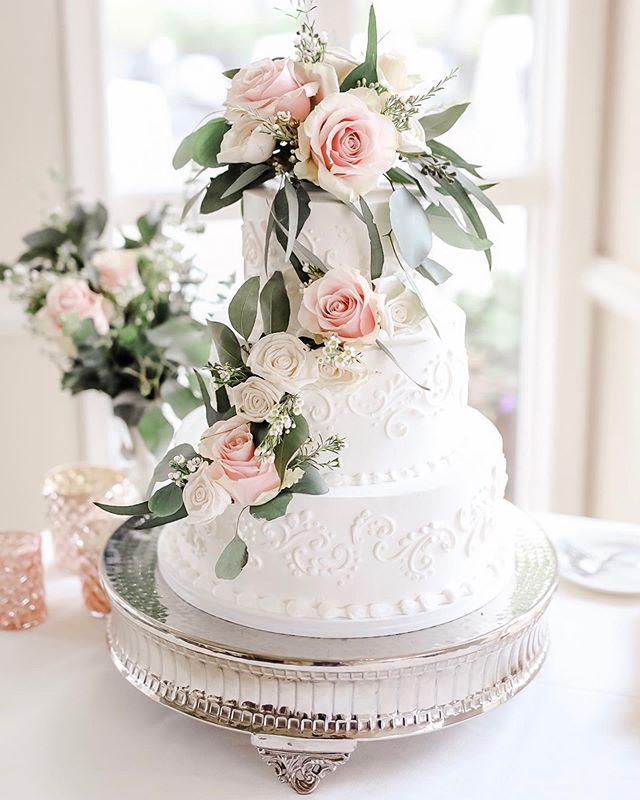 I'll always love a pretty traditional wedding cake! #weddingcake #summithousewedding #weddinginspiration
