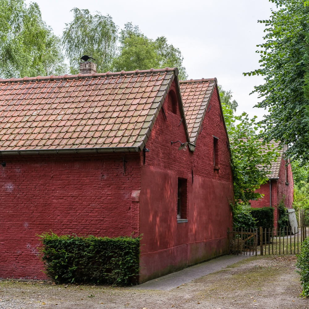 This clay plaster is mainly used on brick substrates. It is therefore an ancient technique to finish facades and concrete fences in a solid and authentic way.