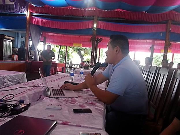 Thinh Hung Vice President Huynh Dac Tri presents the training manual