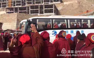 12-nuns-monks-and-students-leaving-larung-gar-under-the-order-of-the-chinese-government-in-2016.png
