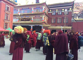 12-nuns-monks-and-students-leaving-larung-gar-under-the-order-of-the-chinese-government-in-2016-2.png