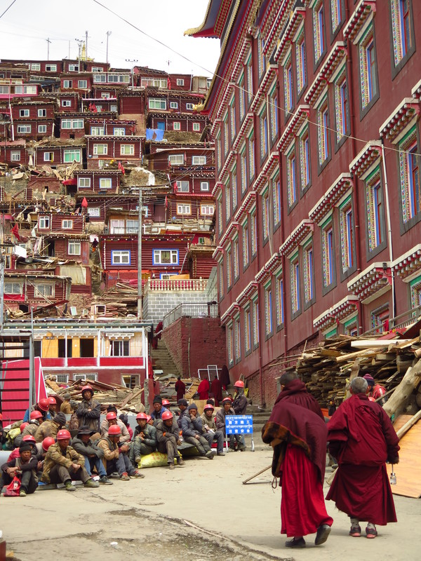 Demolition of houses in Larung Gar in 2017 / Chinese workers and religious Tibetans in Larung Gar in 2017 (Charles Tay)