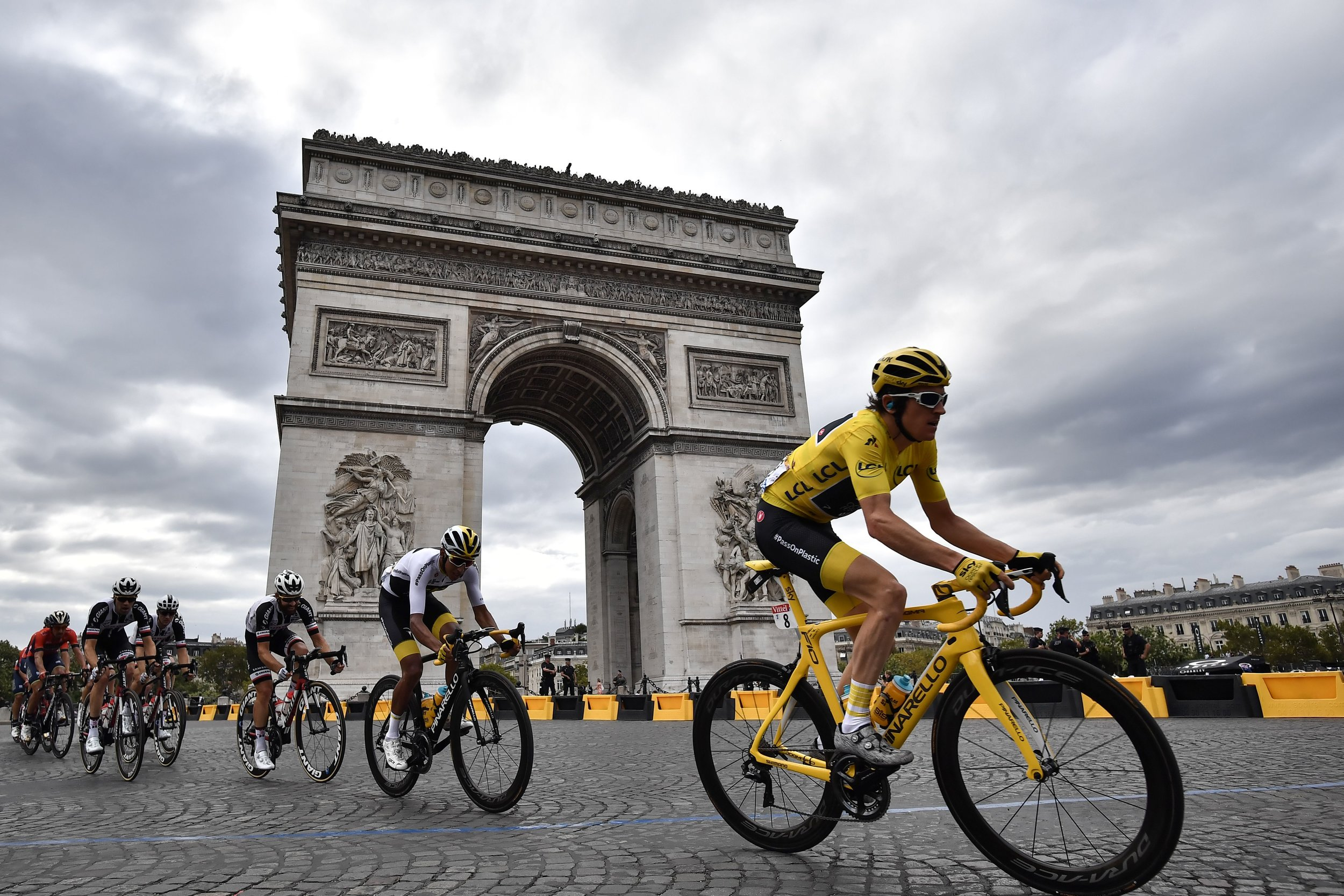 Last year's champion Geraint Thomas leads the way in yellow on the final stage (Getty Images)