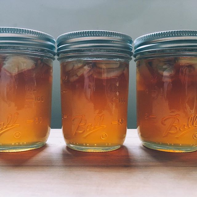 #HONEYHACK | If you add raw honey and garlic to a jar and cover the jar loosely with a lid to let the gasses escape, it will slowly begin to ferment 👌 You'll be left with deliciously sweet garlic cloves and a smooth, pungent honey that's perfect for just about anything (except maybe tea!). Thank you  @rob_stauning for this delicious treat made with @hudsonvalleyharvest garlic and honey 😋✨🍯 // PS make sure to test the pH to avoid botulism (more info in comments below 👇)