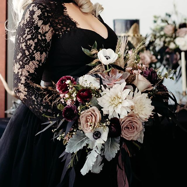 Nothing more romantic than a chilly Halloween night. Enjoy yours with your loved ones. ✨ 🖤 Bride/hair stylist: @lina.in.sugarland MUA: @victoriagrimmxx Groom: @notoriousdragon Floral Artistry: @lunamothflowers Cake: @southerndelightsbakery Videography: @virgocory Photographer: @vonvis_photography 🖤  @thewitchswedding #imyselfamstrangeandunusual #everydayishalloween #blackismyhappycolor #blackwedding #blackweddingdress #offbeatwedding #rockandrollbride #mutedtones #blackandpastel #pastelgoth #gothwedding #gothqueen #gothicqueen #yasqueen #texaswedding #flowermagic #texasflorist #morticiaaddams #blackveil