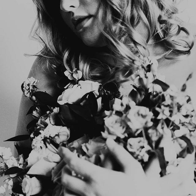 Think of me, think of me fondly..... 🖤 Model - @xsophiacosettex  MUA - @janthonymua  Hair - @mhmakeuphair  Dress - @greatsimplicity  Photo - @taylorannephoto  Photo Assist - @isabelreynaphotog  Publication - @elegantmagazine  Venue @thetxstudio  #rococo #baroque #artinflowers #flowerart #painterly #fashionphotography #plussizemodel #simplebeauty #bridalbouquet #blackandwhitephotography #artphotography #moodyflowers #carnations #moodyaf #moodyportrait #frenchstyle #dfwflowers
