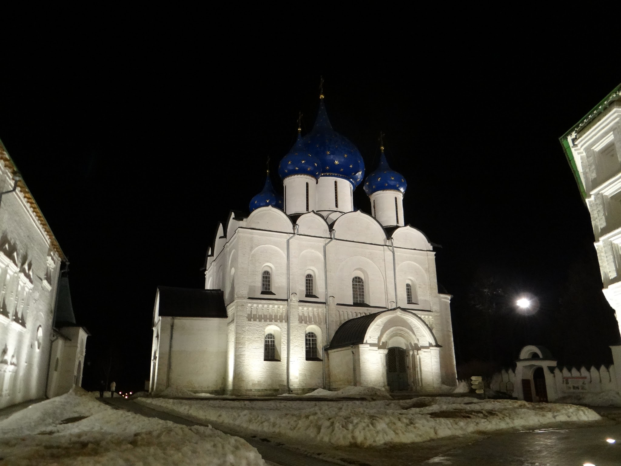 A night view of Suzdal's Kremlin internal courtyard