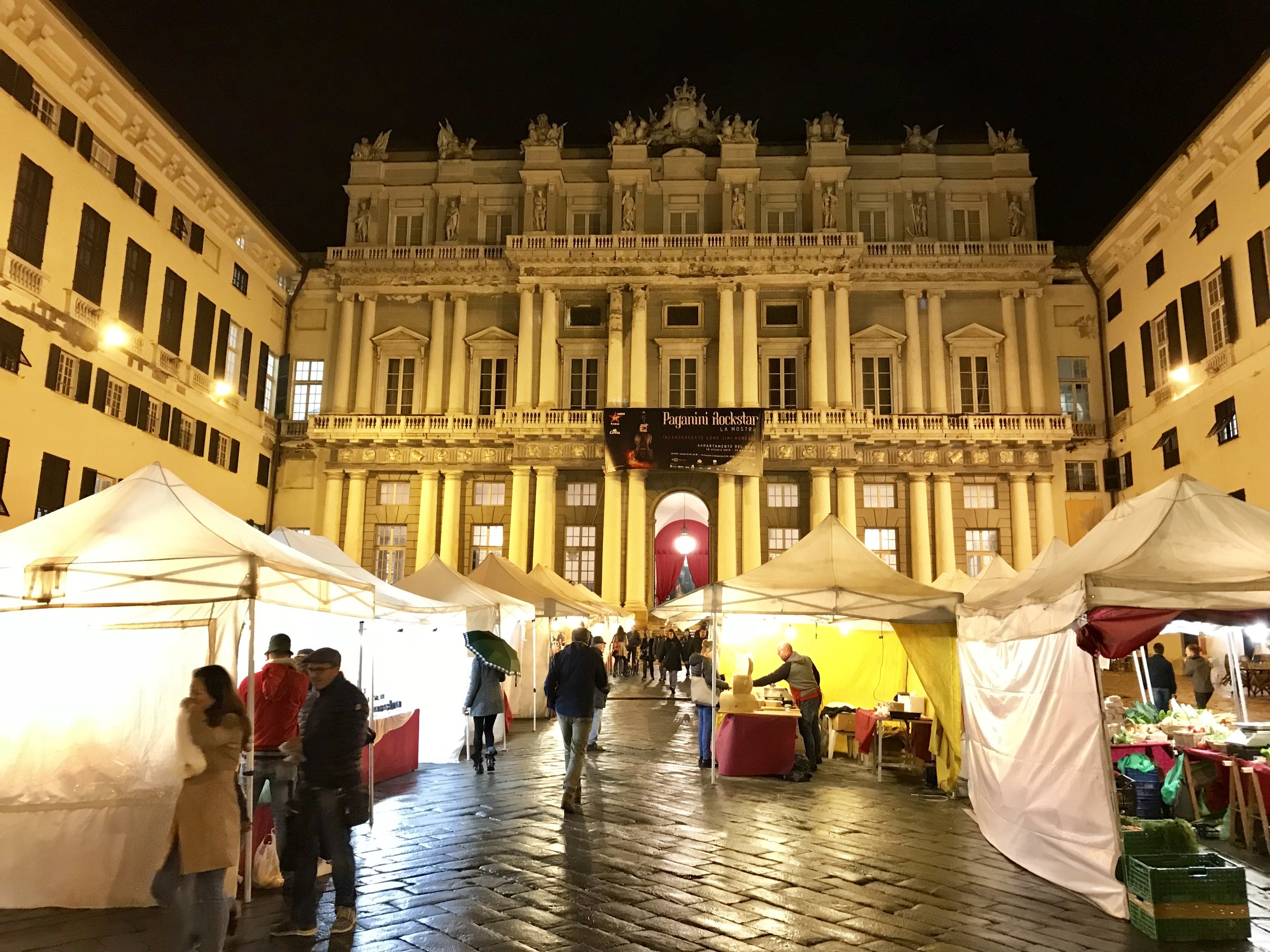A street market in the courtyard of the Palazzo Ducale