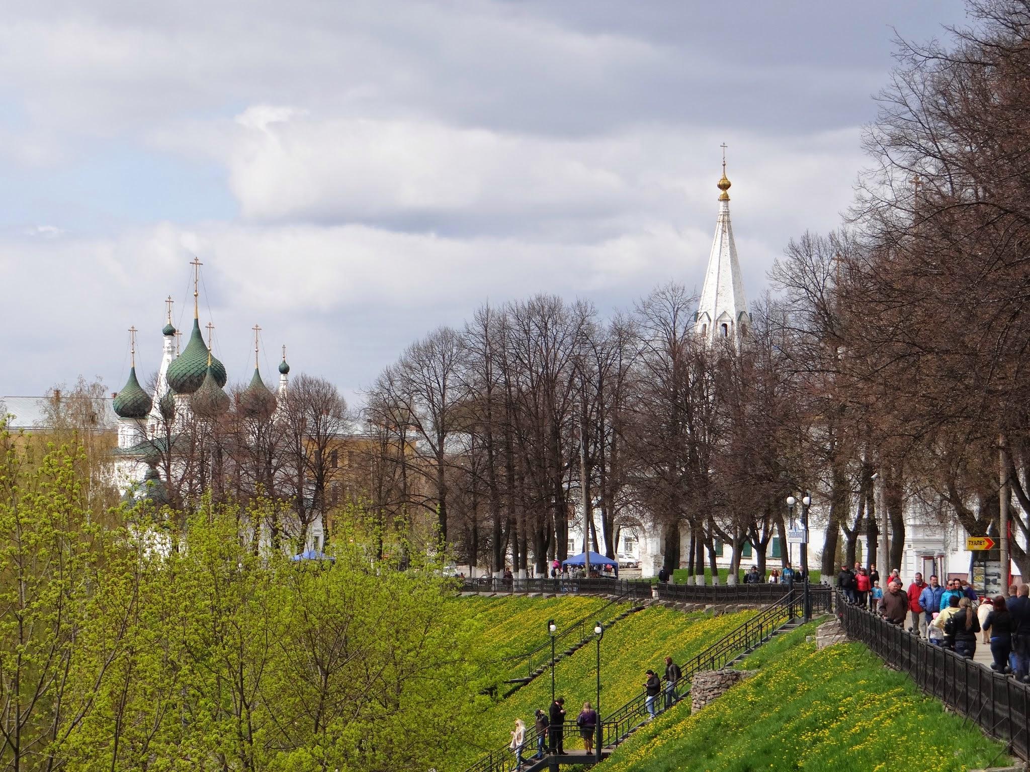 yaroslavl river bank promenade.JPG
