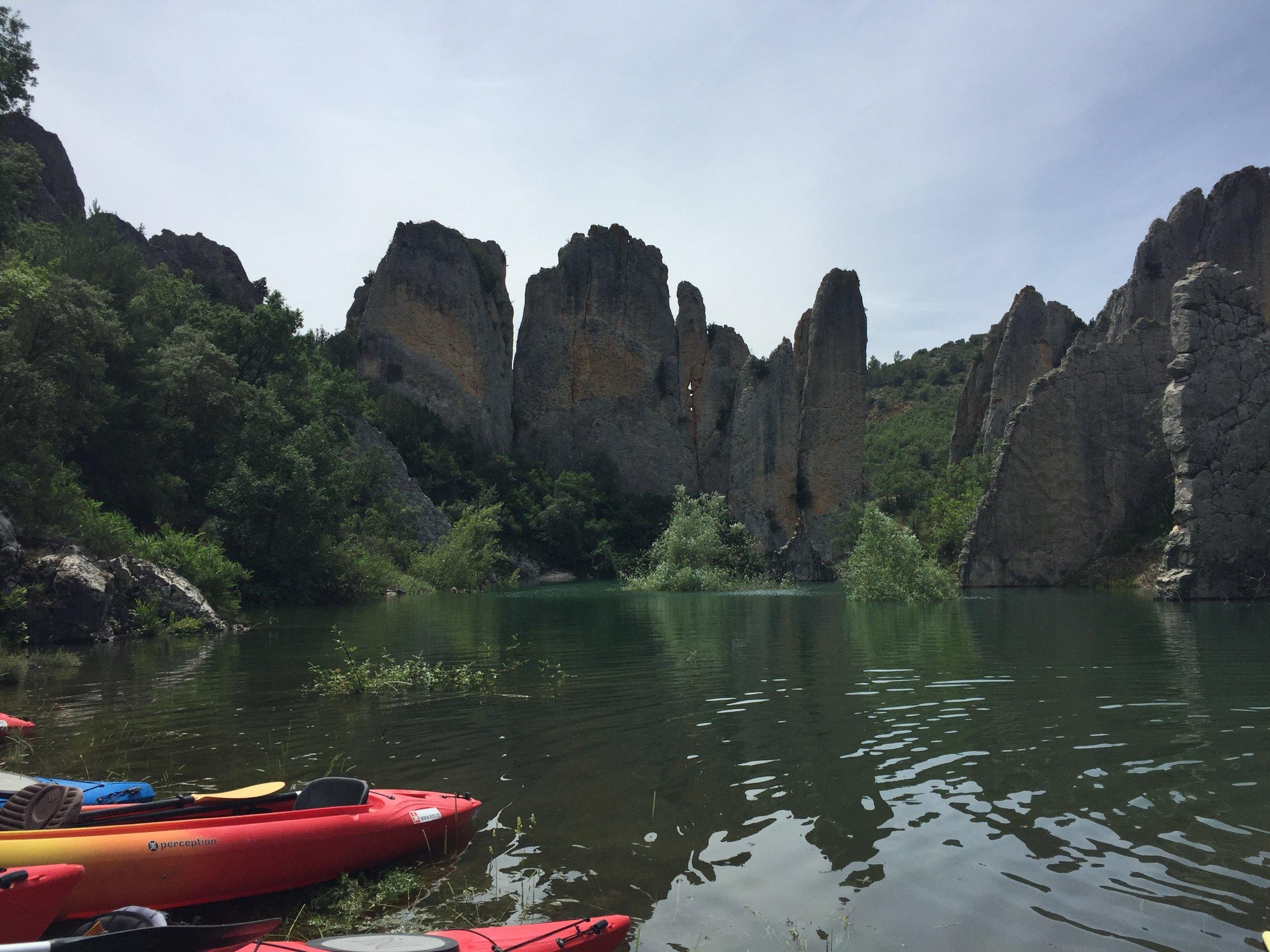 kayaking panta canelles muralla finestres.JPG
