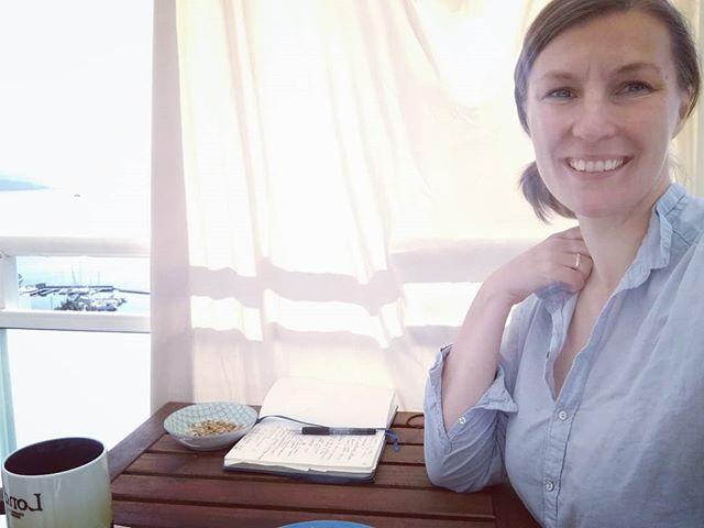Vestlandet: når det er vindstille og sol så henger man opp solseilet på verandaen og jobber ute.