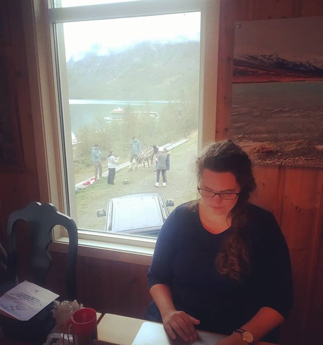 Benedicte finishing her presentation for Javazone at the mountain cabin. Reindeer in the back. Privacy first period tracker in front. #jotunheimen #gjendesheim #slowbusinessadventure #entrepreneur #javazone @raae.codes @javazone.no