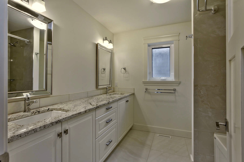 7435 106 St NW Edmonton AB T6E-large-073-045-Bathroom-1500x1000-72dpi.jpg