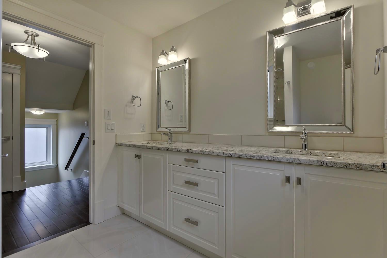 7435 106 St NW Edmonton AB T6E-large-075-034-Bathroom-1500x1000-72dpi.jpg
