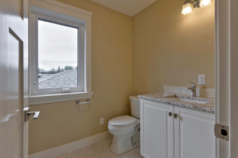 7435 106 St NW Edmonton AB T6E-large-103-011-Top Floor Bathroom-1500x1000-72dpi.jpg