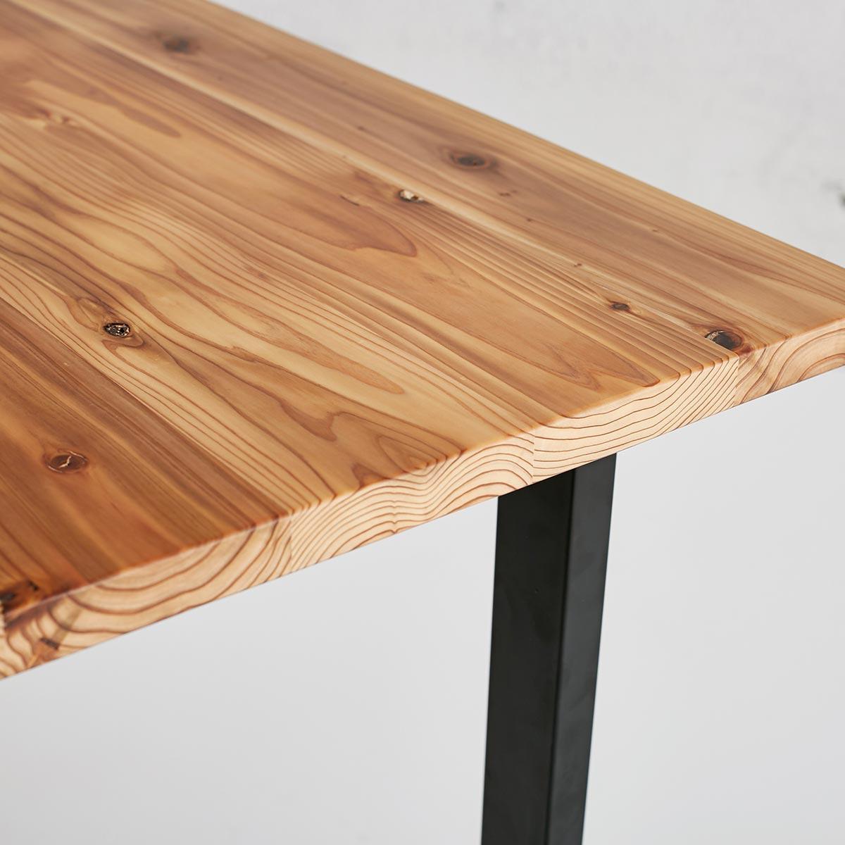 素材感を活かす - 無垢材の木肌がもつ温もりや木目の美しさ、無垢鉄のもつ金属の質感や重厚感など、かなでものでは、その素材がもつ質感を最大限に活かすために、ひとつひとつの加工の工程にこだわり、さらに丁寧な職人の技術を以って、納得のいくプロダクトに仕上げています。