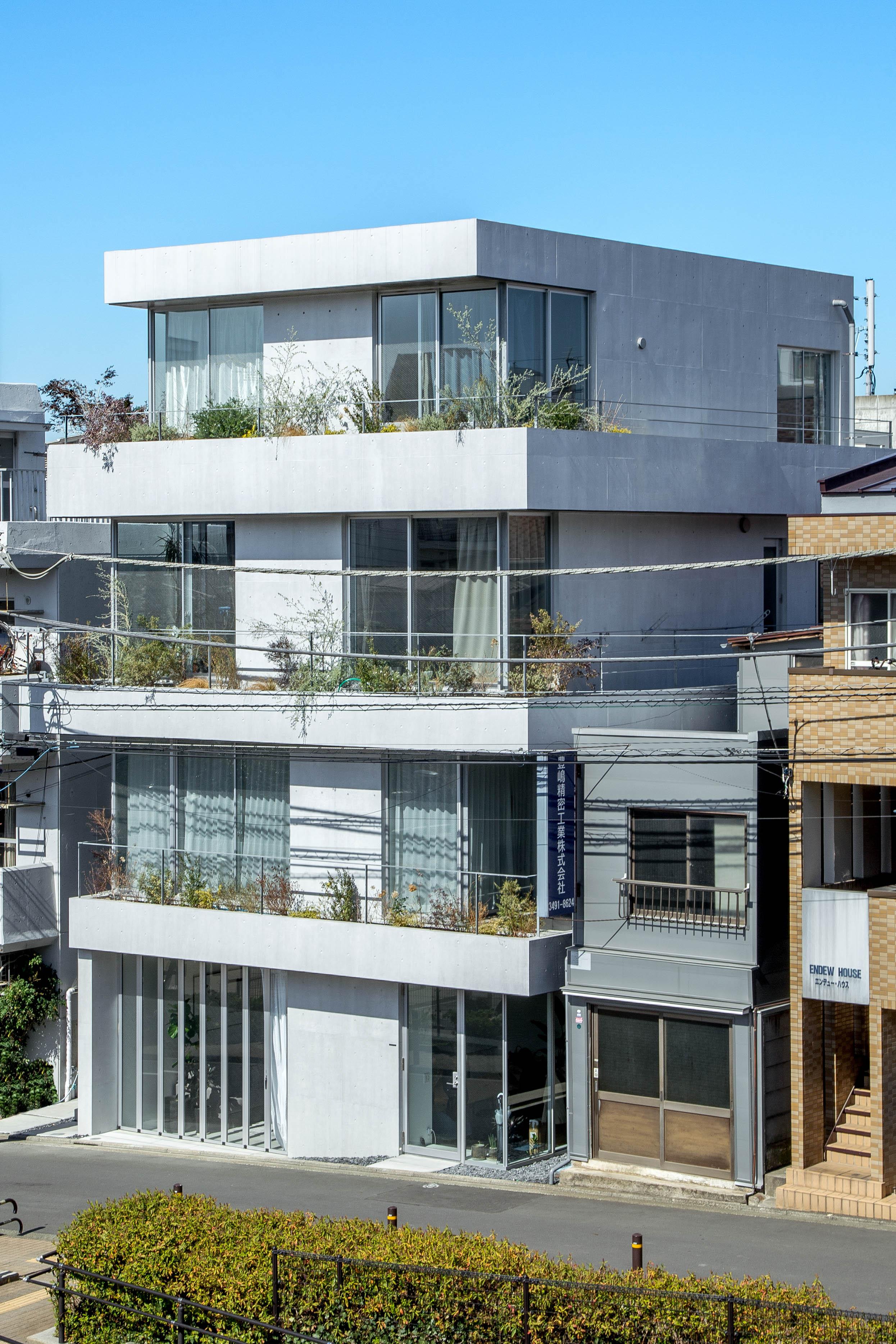 bydesign Office - bydesign のオフィスは、個性的な家具のお店が立ち並ぶ目黒通りにほど近い、不動前にあります。このオフィスの建物は、世界的に有名な建築家、隈研吾氏の弟子である梅澤 竜也氏の設計によるもので、一際目立つ存在になっています。目の前は公園なので、開放感のあるオフィスです。またこちらは、かなでものプロダクトのショールーム兼スタジオになります。事業者様や設計会社様など、複数個口の発注をご計画されている法人様に関しては、ご予約のうえ、実際にサンプル商品をご覧いただくことが可能です。株式会社 bydesign (バイデザイン)141-0021 東京都品川区西五反田5-24-10 Kオフィス 1F