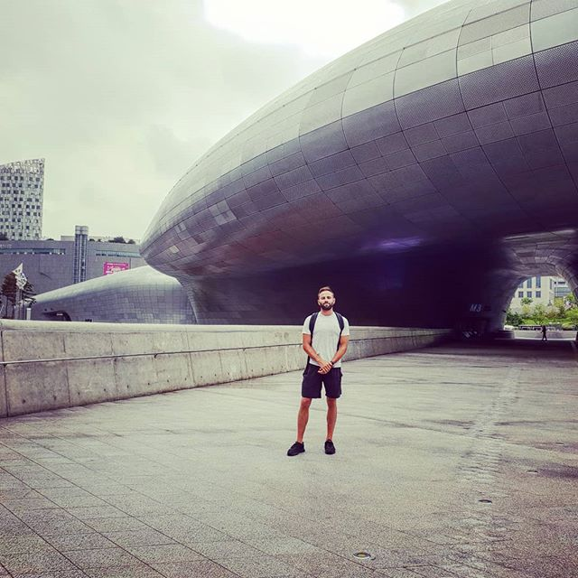 📌Seoul, SOUTH KOREA  Nice to be back in Seoul, even if it's only for 24 hours. This is the Dongdaemun Design Plaza. It's designed by my favourite architect, the late Zaha Hadid. Her buildings are famous for having fluid and liquid forms. This one is so modern, like the rest of Seoul, that it makes you feel like you've landed in the future. People here also talk into their phones and it translates everything into English immediately, which would have seemed mind-blowing only a few years ago. Another reason why the anglosphere world will continue making zero effort learning other languages, even though we always apologise profusely for it when meeting people abroad. I'm as bad as the rest of them. . . . #wanderlustmag #chasing193 #travelerscenturyclub #thetravellingape #dailywanderlust #wanderlustdaily #chasing195 #travelsolo #everycountryintheworld #nomadmamia #instatravel #southkorea #seoul #seoultravel #zahahadid #dongdaemun #bigwave