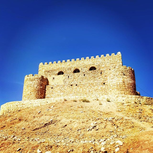 📌 Country 140 - Iraq. This perfectly formed little castle is around 10 miles from Erbil. It's over 600 years old. The skies here are so blue that it creates striking contrasts with the surrounding desert... obviously helped by fiddling with filters on my phone.