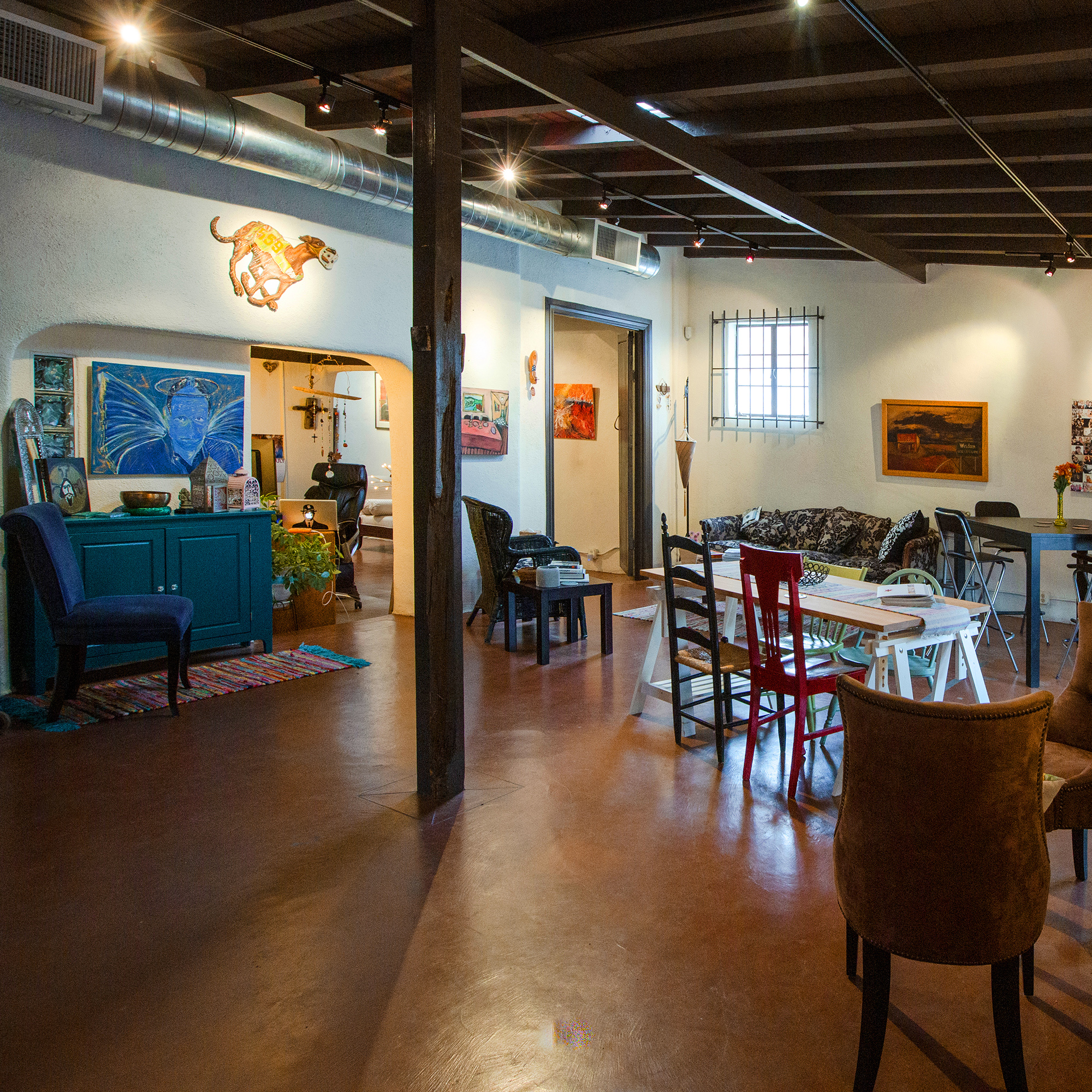 Cozy Client Area - We've created a comfortable hang-out space for you, your models and your clients. There are lots of chairs and tables for setting up your laptop, meeting with your crew or eating lunch. Wifi is robust and electrical outlets are plenty.