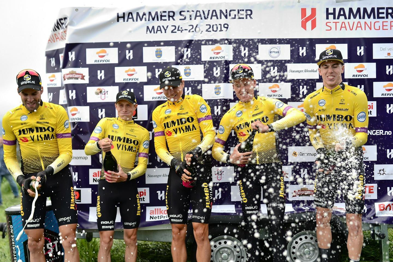 Team Jumbo-Visma popper champagnen etter suksess (Bilde: Szymon Gruchalski)